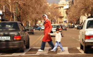 Նոր երևաբնակ ընտանիքը ժիշտ է անցնում փողոցը